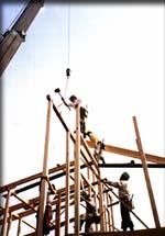 建方。構造材が組みあがっていく。