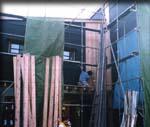 お盆明けから開始した外壁杉板張り。乾燥材とは言え収縮があり、なかなか計算通りにはいかないらしい。この大変さを目に焼き付けておこう。
